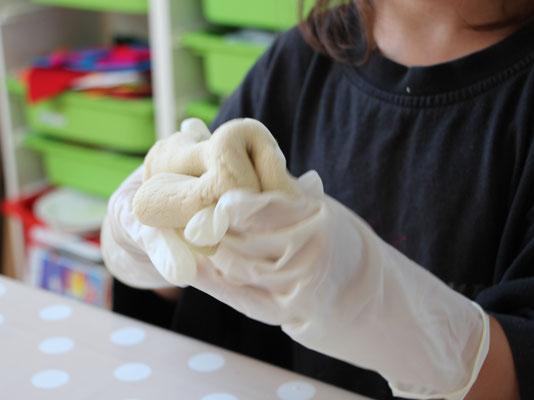 Der Teig der selbstgemachten Knete wird mit der Lebensmittelfarbe verknetet