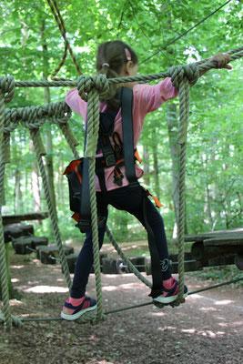 Unsere Kleine auf dem Kinderparcours im Kletterwald in Darmstadt