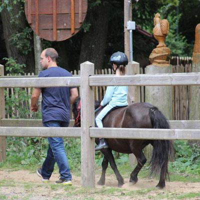 Unsere Große reitet auf unserem Pony Nina im CenterParc Erperheide