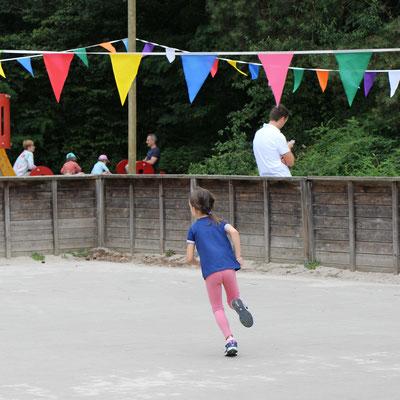 Unsere Große spielt Frisbee auf dem Beach-Spielplatz im Centerparc Erperheide