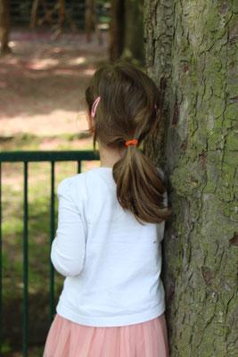 Die Kleine an einen Baum gelehnt im Frankfurter Zoo