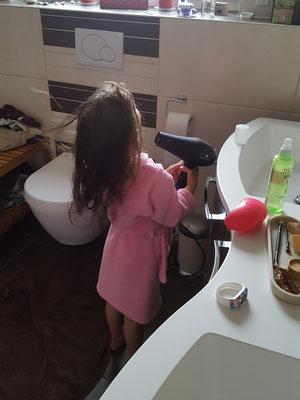Unsere Kleine beim Haarfönen nach dem Duschen