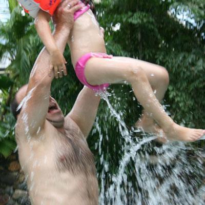 Unsere Kleine wird von Stefan aus dem Wasser gehoben im Aqua Mundo im Centerparc Erperheide