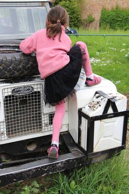 Die Große klettert auf einen Jeep im Frankfurter Zoo