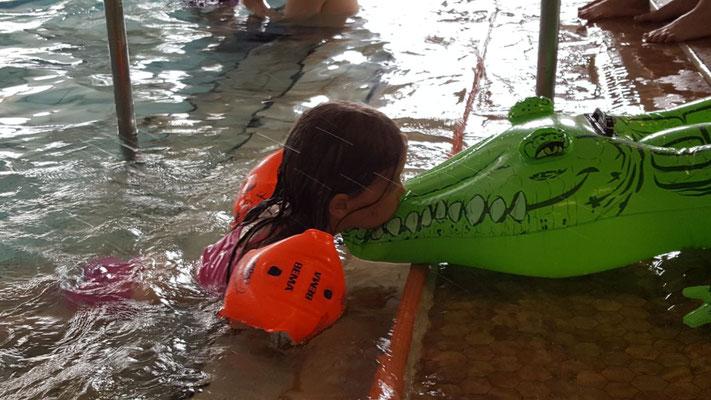 Unsere Kleine auf ihrem Schwimmkrokodil im Rebstockbad Frankfurt