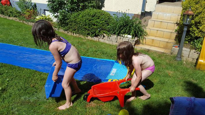 Unsere Mädels sammeln Wasser auf der Wasserbahn
