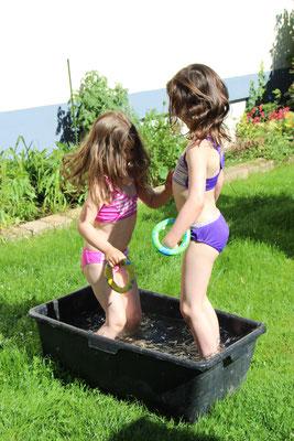 Unsere Mädels stehen im Wasserbottich