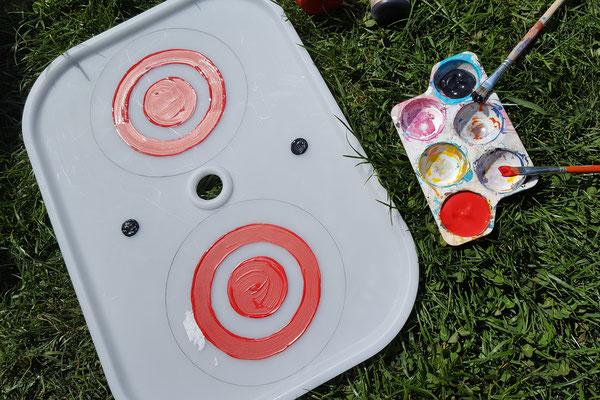 Der Deckel der Trofast-Kiste bemalt mit roten Kreisen
