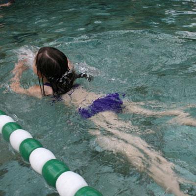 Unsere Große schwimmt im Aqua Mundo im Centerparc Erperheide