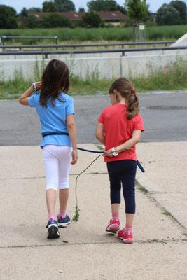 Unsere Mädels spielen Pferd mit der Hundeleine