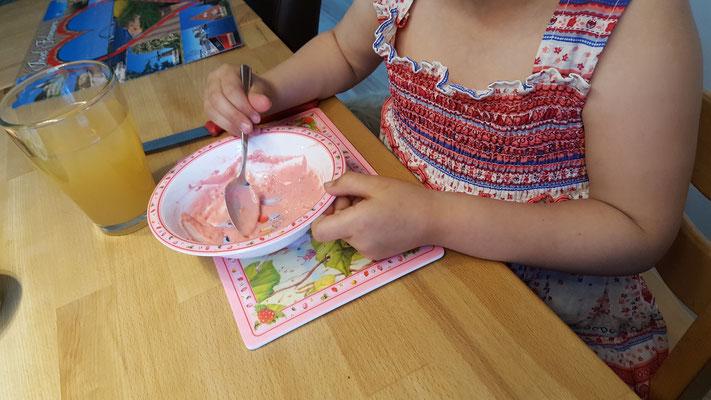 Frühstück mit Melanin-Schüssel und Frühstücksbrettchen von Erdbeerinchen Erdbeerfee