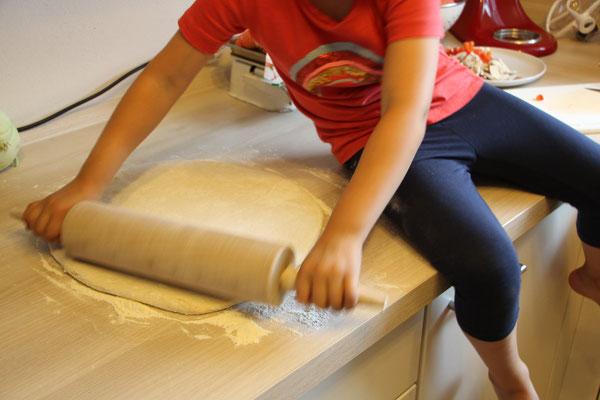 Unsere Kleine rollt den Pizzateig aus