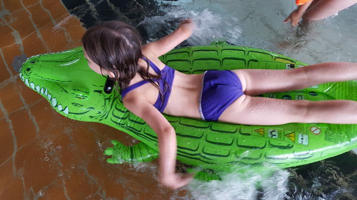 Unsere Große auf ihrem Schwimmkrokodil im Rebstockbad Frankfurt