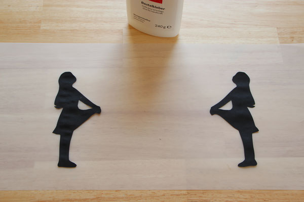 die schwarzen Sterntaler-Figuren auf das Laternen-Transparentpapier geklebt