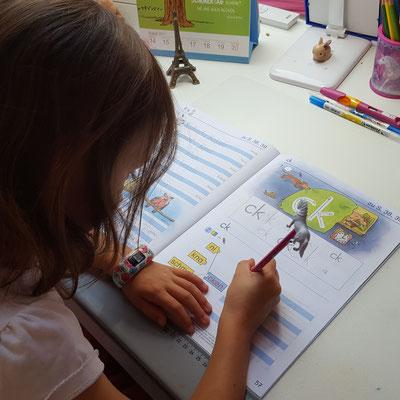 Unsere Große übt für die Schule schreiben