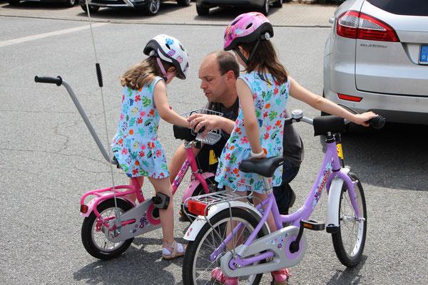 Stefan erklärt der Kleinen das Fahrradfahren