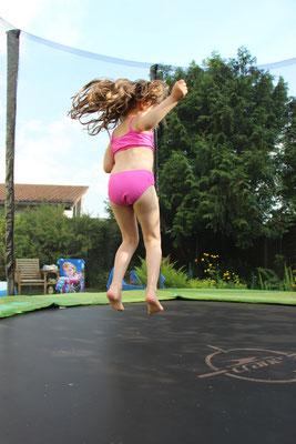 Unsere Kleine springt auf dem Trampolin