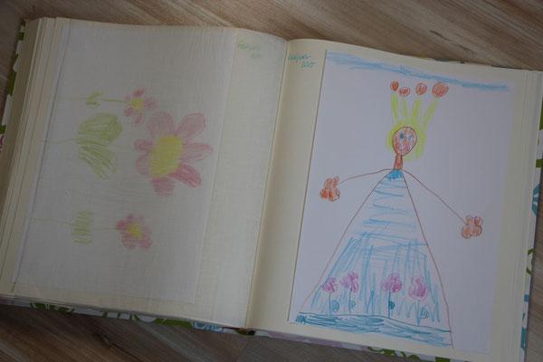 Kinderzeichnungen eingeklebt in ein Fotoalbum
