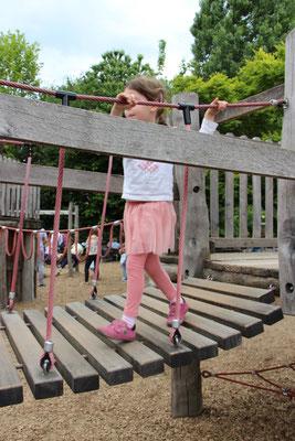 Die Kleine auf einem Klettergerüst im Frankfurter Zoo