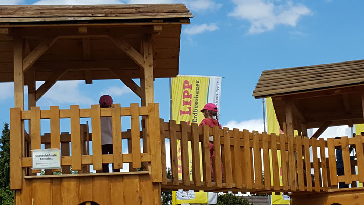 Unser Mädels klettern auf dem Klettergerüst beim Bauern Lipp