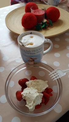 Erdbeeren mit Sahne und ein Kaffee