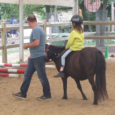 Unsere Große reitet mit unserem Pony Nina einen Parcours im Centerparc Erperheide