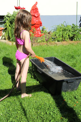 Unsere Kleine spielt am Wasserbottich