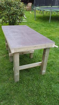 Die fertig gebaute Matschküche für den Garten