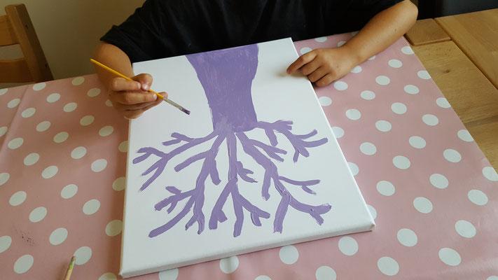 Eine Freundin unserer Großen malt einen Baum auf Leinwand
