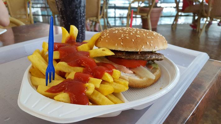 Portion Pommes mit Hamburger