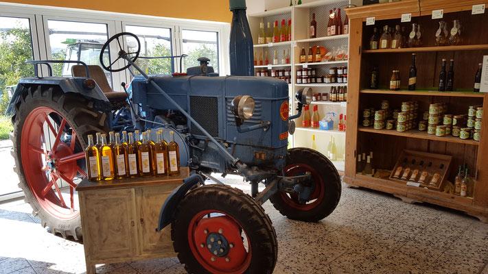 Traktor auf dem Obsthof am Mühlbach