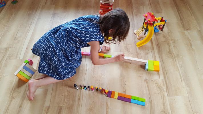 Unsere Große baut eine Turnstrecke für die Playmobil-Figuren