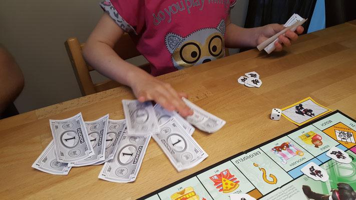 Wir spielen Monopoly Junior - Unsere Große zählt Geld