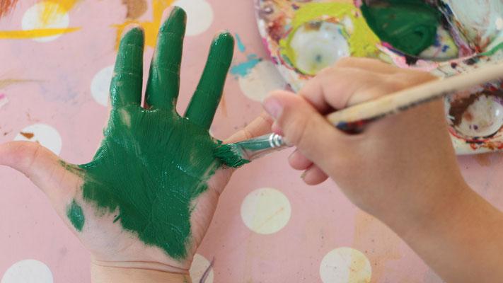 Unsere Kleine malt ihre Hand grün an