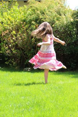 Lena tanzt ihr Kleid trocken