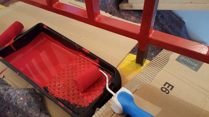 Wir streichen unser Geländer im oberen Geschoss in frischem rot