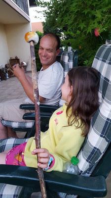 Unsere Große und Papa mit ihren Marshmallows