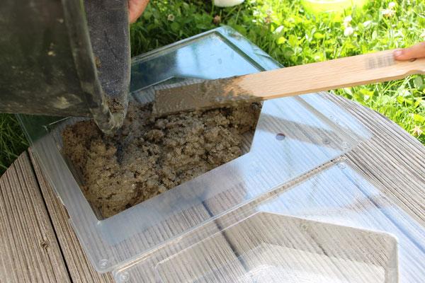 Der fertige Beton wird in die Form gefüllt