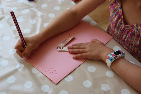 Unsere Große schreibt den Text für die Geburtstagskarte