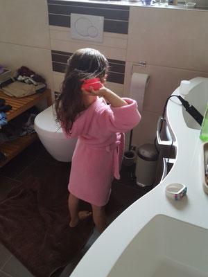 Unsere Kleine beim Haarkämmen nach dem Duschen