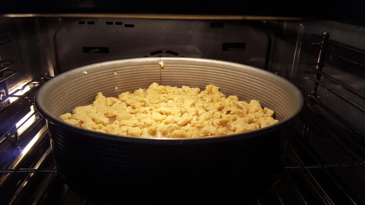 Unser Apfel-Streusel-Kuchen im Ofen