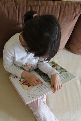 """Unsere Große liest im Buch """"Erdbeerinchen Erdbeerfee - Im Erdbeergarten ist was los"""""""