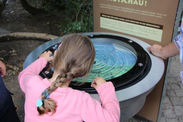 Unsere Kleine an einem Kugellabyrinth im Zoo Frankfurt