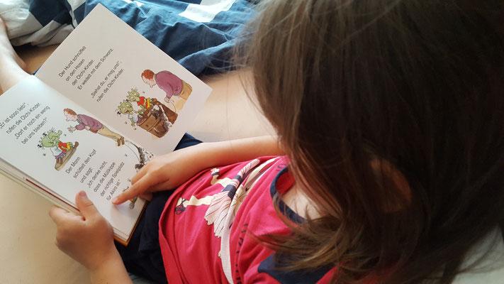 Unsere Große liest im Olchi-Büchersterne-Buch aus dem Oetinger-Verlag