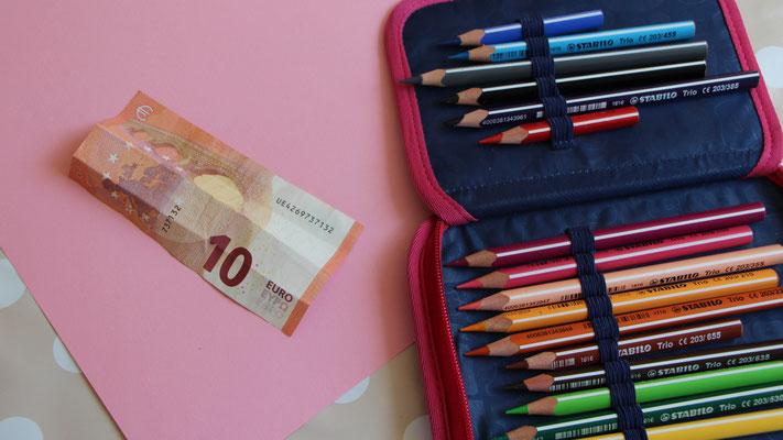 Tonpapier, Buntstifte und Geldschein für Geburtstagskarte