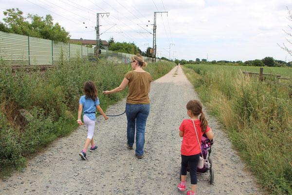 Unsere Mädels und ich auf dem Weg von der Pferdekoppel nach Hause