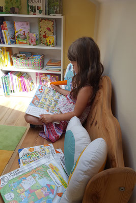 Unsere Kleine spielt in der Leseecke mit den tiptoi-Büchern