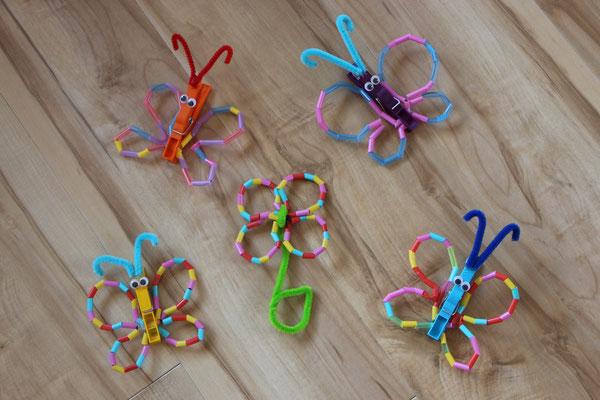 auf dem Klassenfest gebastelte Schmetterlinge aus Draht und Strohhalmen