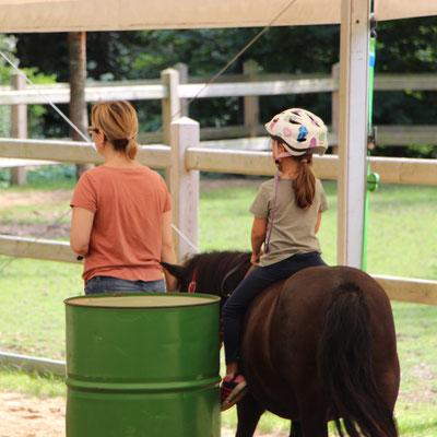 Unsere Kleine reitet mit unserem Pony Nina einen Parcours im Centerparc Erperheide