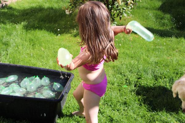 Unsere Kleine holt sich Wasserbomben
